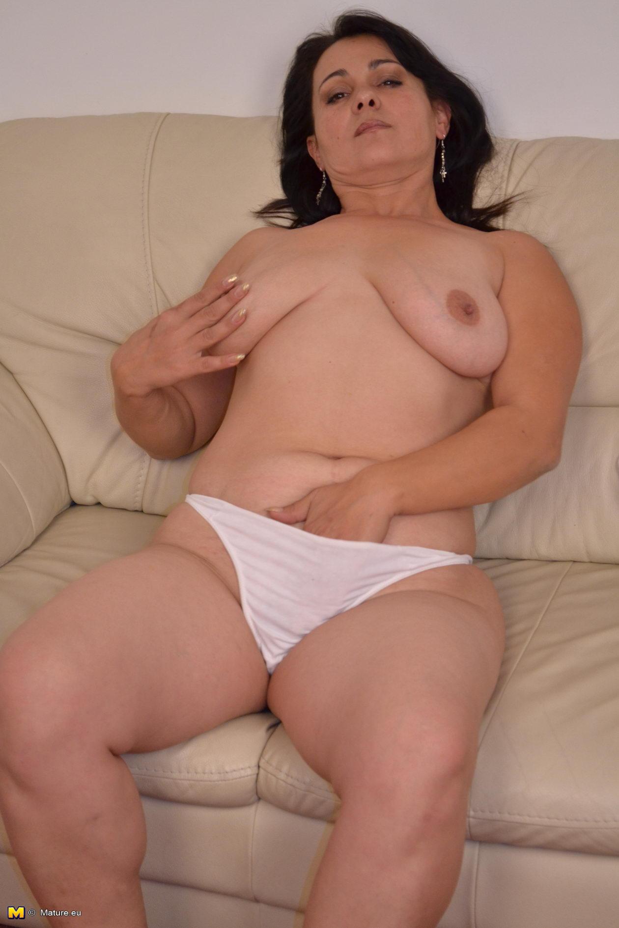 Nude pose in public